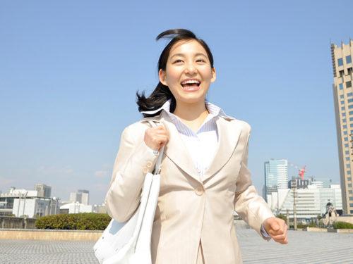 街中を走る女性